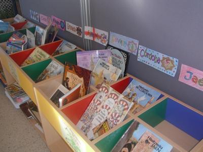 Exposición de libros sobre Andalucía: historia, cultura y escritores andaluces.